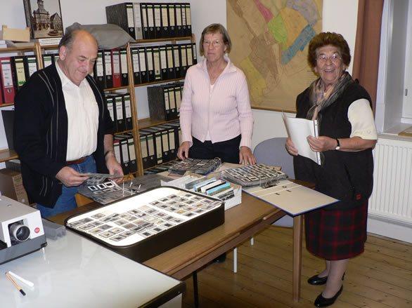 Blick ins Archiv mit ehrenamtlichen Mitarbeitern
