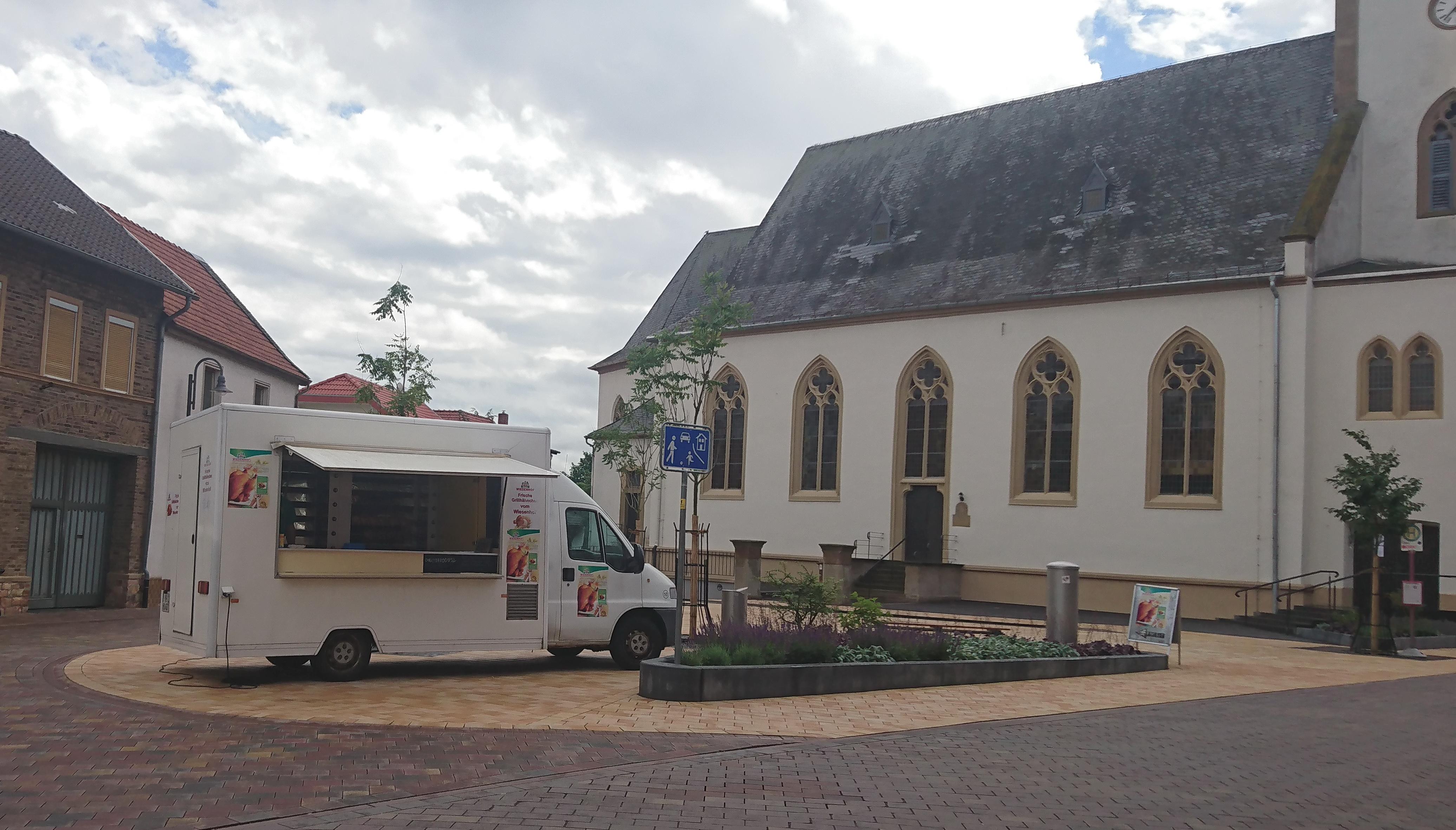 mobiler Hähnchgrill am Dorfplatz
